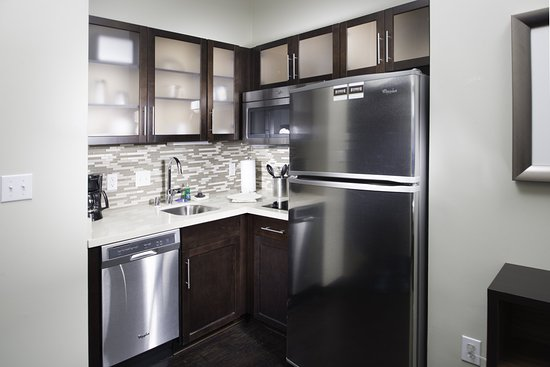 Corona, CA: Fully equipped kitchen in all suites.