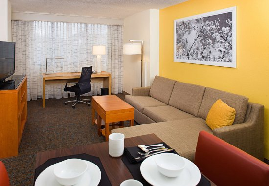 Residence Inn Washington, DC/Foggy Bottom : One-Bedroom Suite Living Room