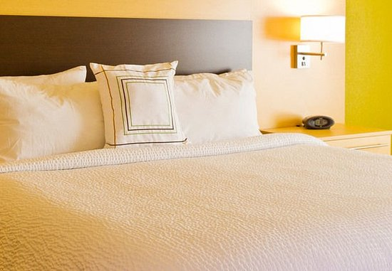 TownePlace Suites Thunder Bay: King Studio Suite Sleeping Area