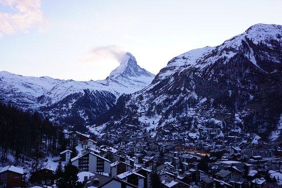 Le Cervin (Matterhorn) : Pemandangan Matherhoen ketika matahari masih siang