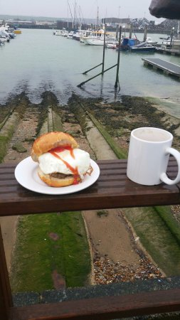 Newhaven, UK: Sausage and egg sarnie al fresco......italian for flippin' chilly