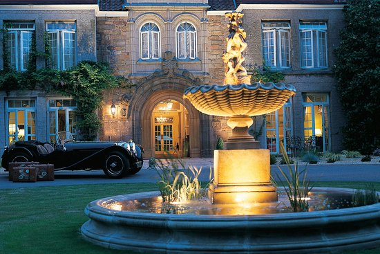 Longueville Manor: Front entrance with fountain