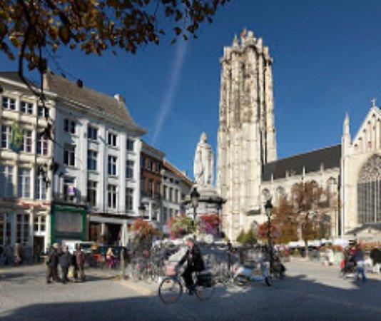 Flandern, Belgien: Grote markt, Mechelen. Photo by: Milo Profi