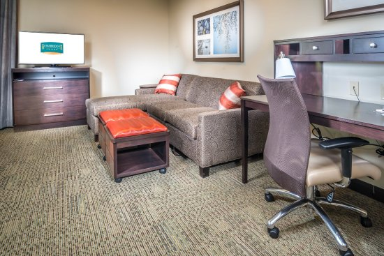 Chandler, AZ: All rooms have a comfortable couch with pull-out sofa