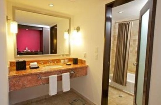 Krystal Grand Punta Cancun: Batheroom