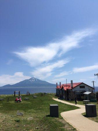 Rebun-cho, Japon : 利尻山の残雪と古びた校舎のセット