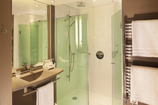 Le Mesnil-Amelot, Francia: Superior room bathroom