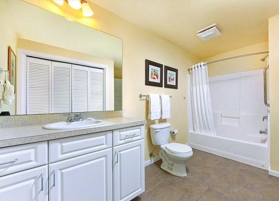 Long Beach, WA: Two Bedroom Suite Master Bath
