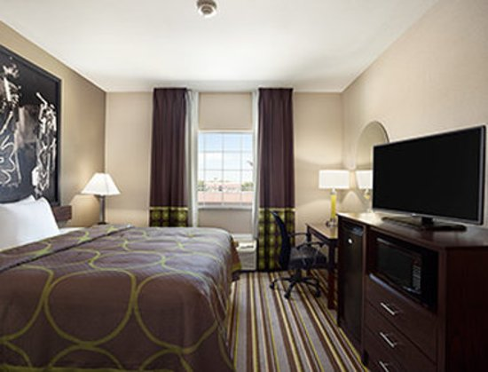 Owasso, Oklahoma: 1 King Bed Room