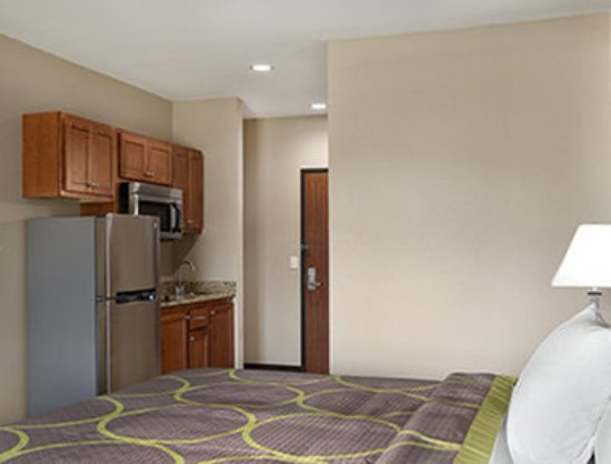 Owasso, OK: 1 King Bed Room with Kitchenette