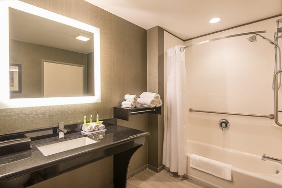 Norwood, Массачусетс: ADA/Handicapped accessible Guest Bathroom