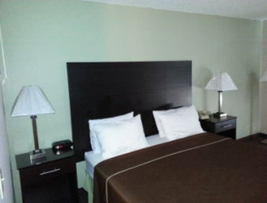 Baymont Inn & Suites Beloit: Standard One Bed Room