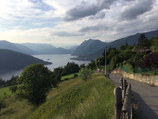 Sulzano, Włochy: La strada che vi porta all'Osteria del Somarino offre panorami mozzafiato