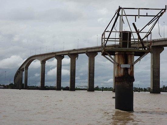 Парамарибо, Суринам: met een korjaal er onderdoor