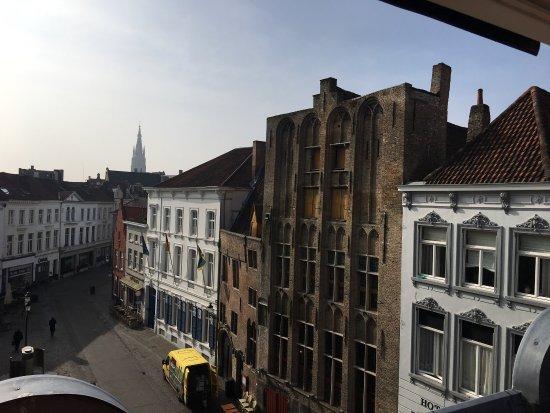 Hans Memling Hotel: Sous le soleil, la façade, l'accueil, le petit studio au fond de la cour et vue de notre chambre
