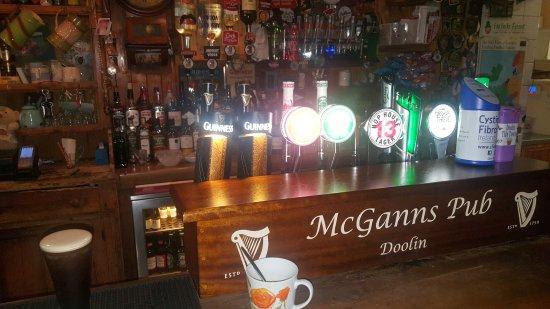McGann's Pub and B&B: Interno bancone pub