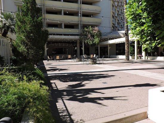 Sheraton Crescent Hotel: courtyard