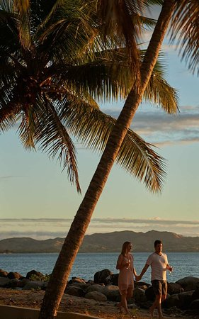 Sonaisali Island, ฟิจิ: Couple Beach Walk