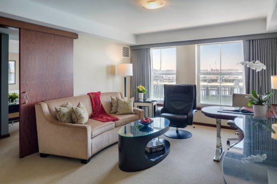 Battery Wharf Hotel, Boston Waterfront: One Bedroom Suite - Living room