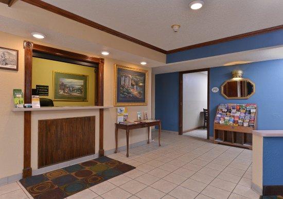 Waukegan, IL: Lobby