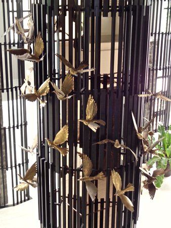 Sibulan, Filipinas: The lobby is decorated by bronze birds in flight by the late National Artist Eduardo Castrillo.