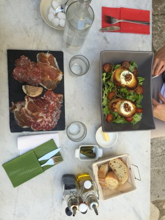 Simiane-la-Rotonde, Francja: salumi e insalata con formaggio di capra