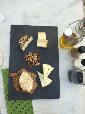 Simiane-la-Rotonde, Frankrijk: tagliere di formaggi