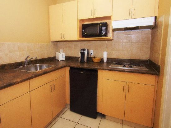 BCMInns, Rusty's Fort McMurray Hotel: KITCHENETTE