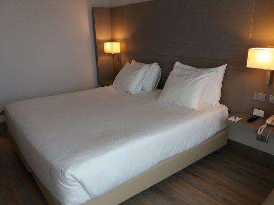 Letto ampio con cuscini e materasso comodissimi. - Foto di NH Parma ...