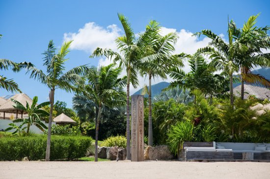 Nevis: View from ocean to the beach