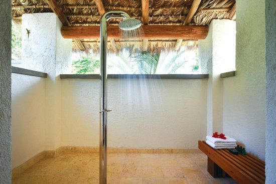 Nevis: Outside private showers for the 3 & 4 bed villas