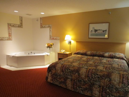 Spring Valley, MN: One King Bed Jacuzzi Suite