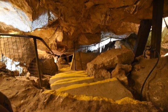 เมือง Yallingup, ออสเตรเลีย: Part way down the entry to Ngilgi CAve