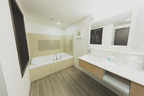 Bolton, Canada: King room whirlpool bathroom