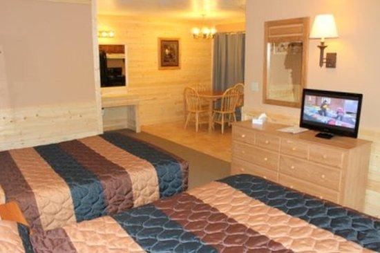 Flat Creek Inn: Room Dbl QKit