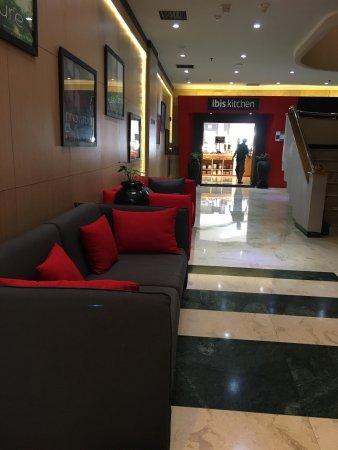 Ibis Jakarta Kemayoran: ホテルの近くにミニショップがあります。 ホテルの前でbluebird taxi に乗れます。