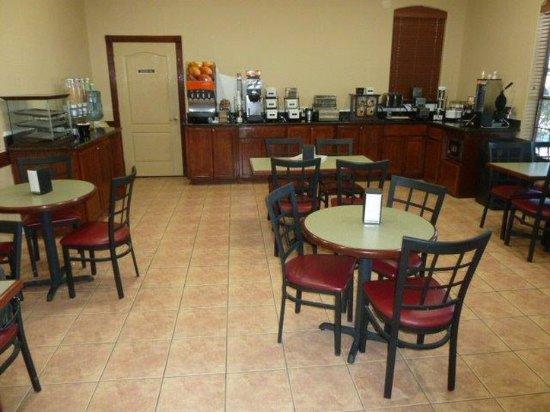 Americas Best Value Inn & Suites San Benito: Breakfast Area
