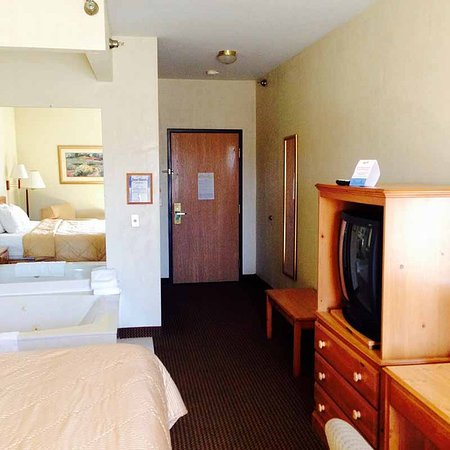 American Inn & Suites: room