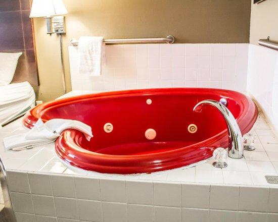 Quality Inn & Suites : King Whirlpool