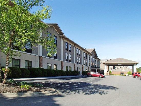 exterior picture of quality inn suites university. Black Bedroom Furniture Sets. Home Design Ideas