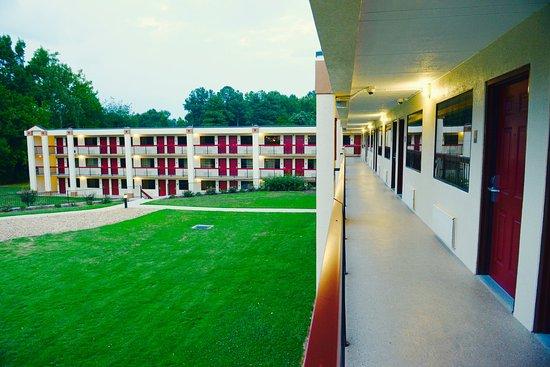 Commerce, GA: Exterior Corridor