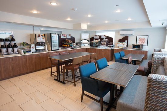Roslyn, NY: Enjoy your Complimentary Breakfast in our comfortable dining area