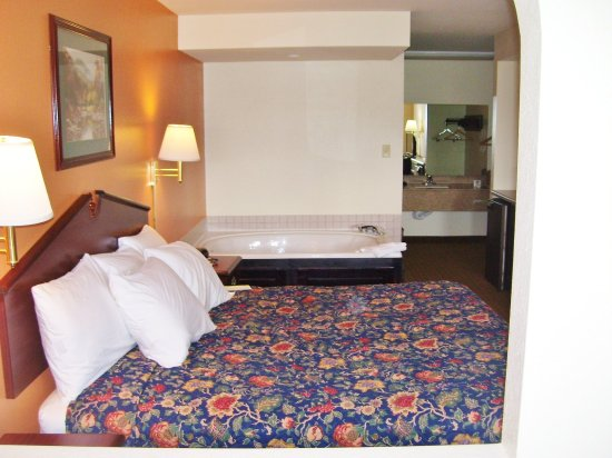 LaFayette, GA: One King Bed Jacuzzi Suite