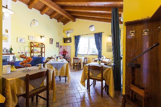 Osteria da Cesare & Locanda: Saletta colazioni con caminetto