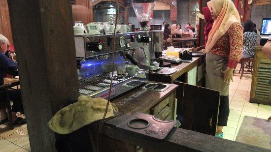 Cepu, Indonesia: Espresso machine