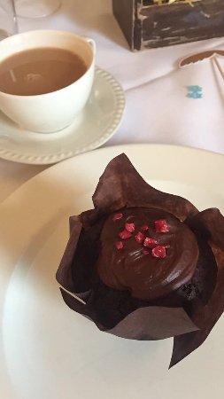 Brandon, UK: Tea with soya milk and vegan cake