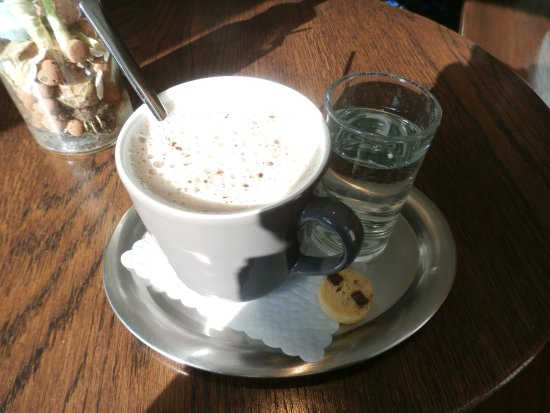 Waedenswil, Suiza: Hot chocolate, a cookie, and complimentary water