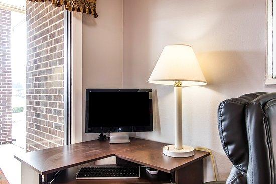 Econo Lodge Inn & Suites: Computer