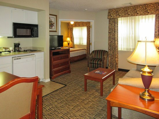 Suburban Extended Stay Hotel, Omaha: SK,SNKLiving Room And Kitchen