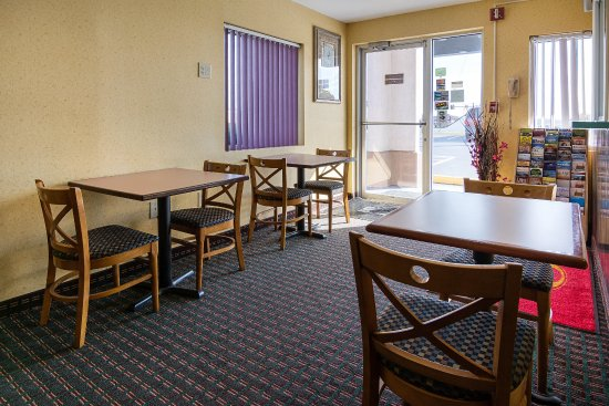 Econo Lodge South: Breakfast Seating